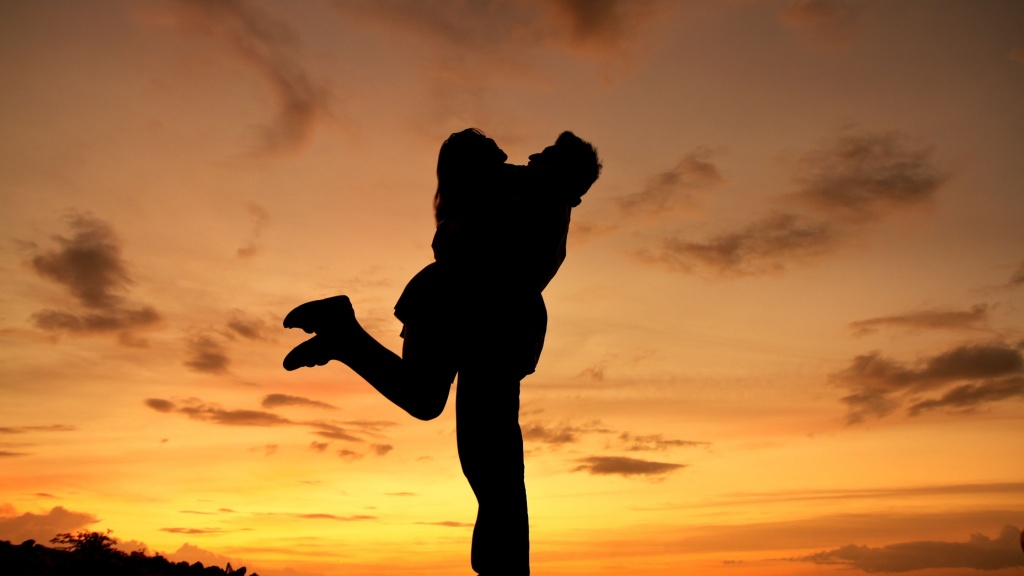 sunset-hug-1024x576